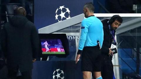UEFA cân nhắc bỏ VAR khi bóng đá trở lại