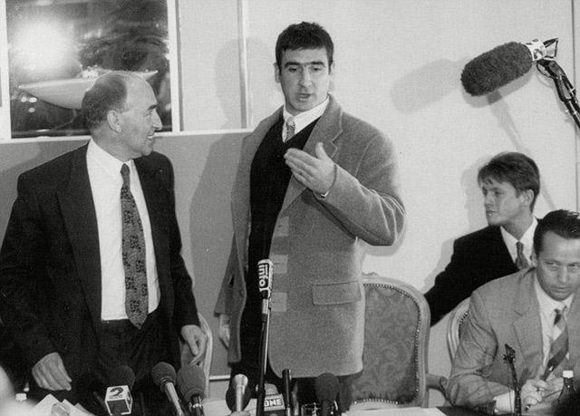 Hình ảnh của Cantona ở buổi họp báo năm 1995