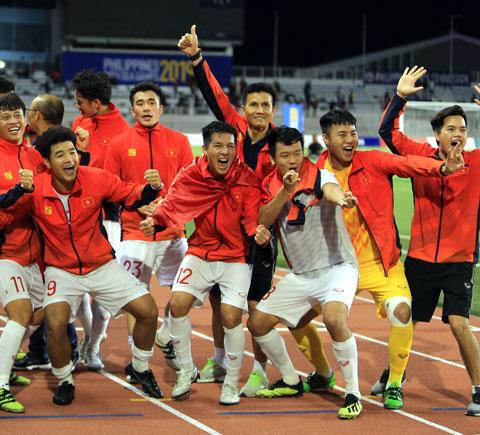 HLV thủ môn Thế Anh (giữa)  ăn mừng chức vô địch SEA Games 30 cùng các học trò ở U22 Việt Nam