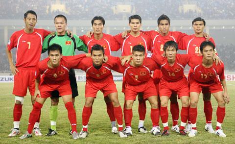 Như Thành (bìa trái, hàng trên) và đồng đội tại AFF Suzuki Cup 2008 - Ảnh: Đức Cường