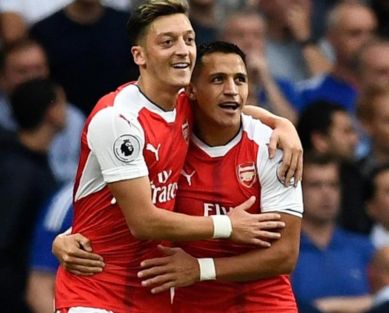 Oezil và Sanchez là 2 ví dụ để Arsenal lựa chọn xử lý Aubameyang