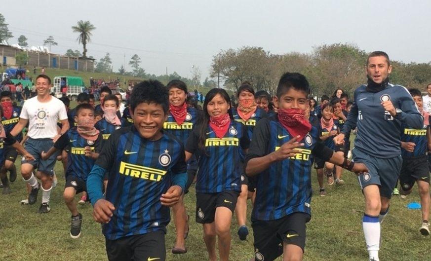 Zanetti và Inter là người hùng trong lòng các em thiếu nhi của phong trào cách mạng