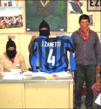 Áo đấu của Zanetti được trưng lên trong lời mời thi đấu bóng đá