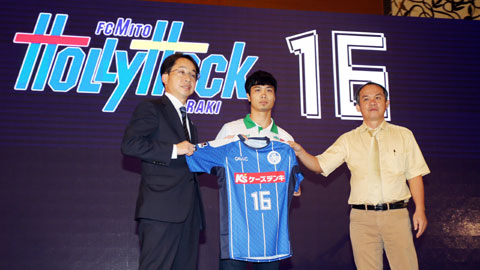 Công Phượng trong lễ ký kết cho mượn tới CLB Mito HollyHock của Nhật Bản  Ảnh: Quốc An