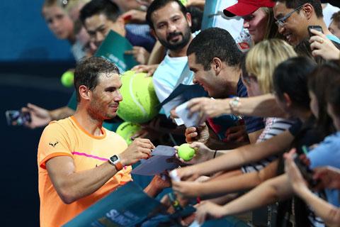 Nadal đánh tennis bằng tay trái nhưng làm những công việc khác, như ký tặng NHM, lại bằng tay phải