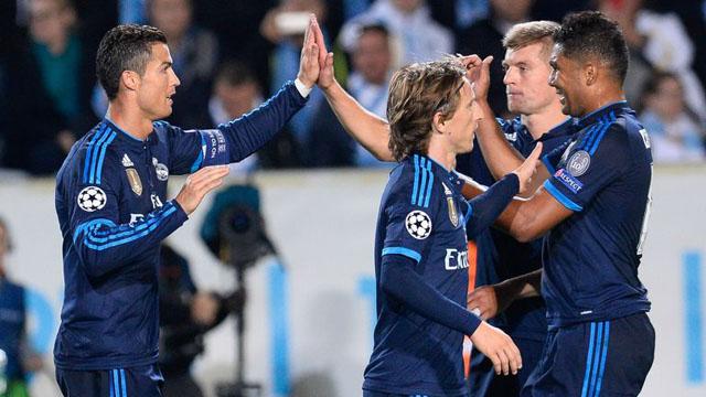 Đồng đội ăn mừng bàn thắng với Ronaldo