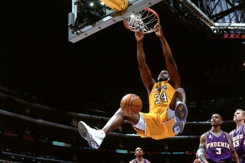Shaquille O' Neal với cú nhảy đặc trưng khiến các sân đấu NBA phải có rổ dự phòng