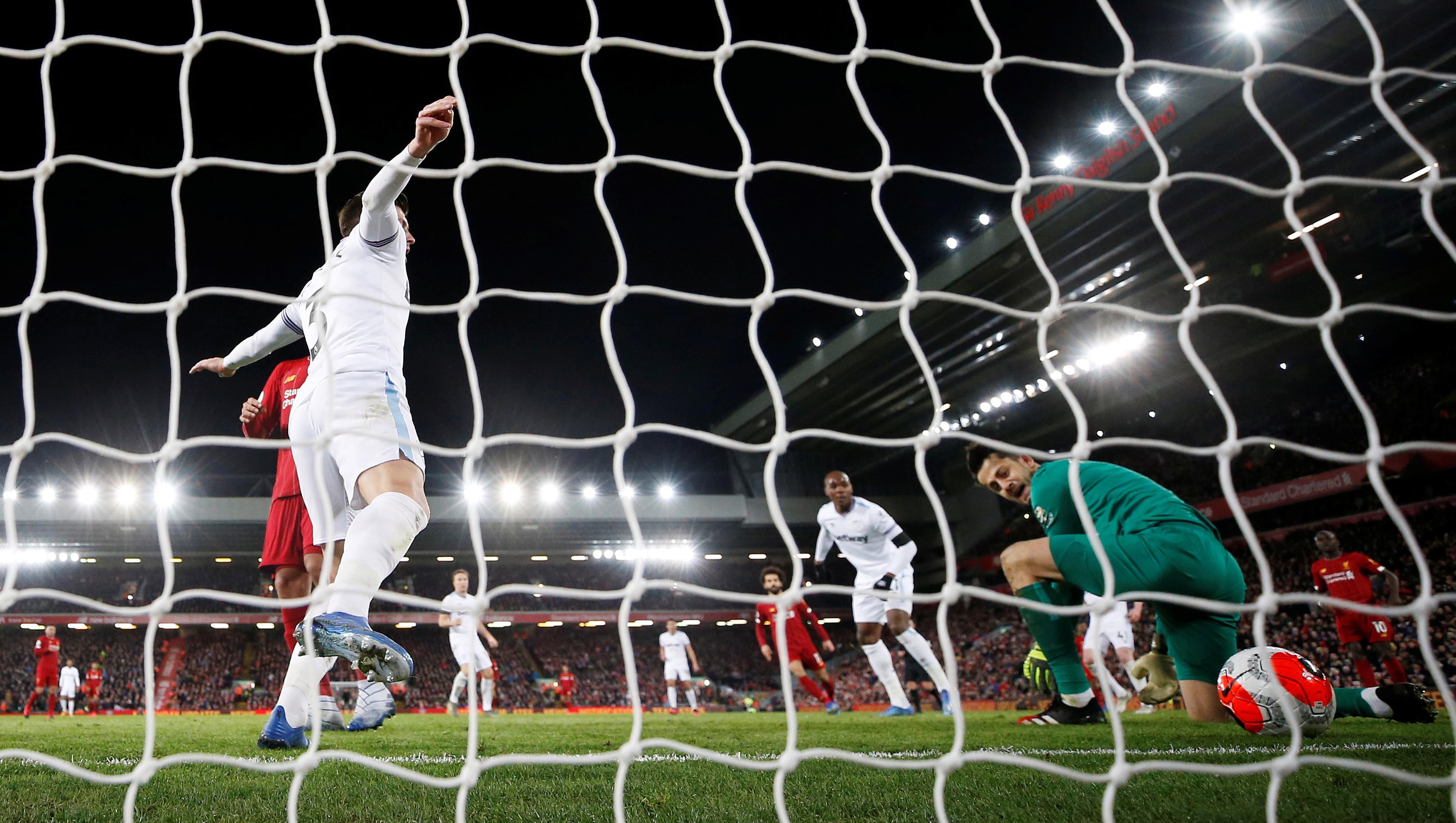 Gomez cũng đã có thể là cầu thủ thứ 17 ghi bàn, nếu cú sút xa của anh không bị Mane ăn hôi