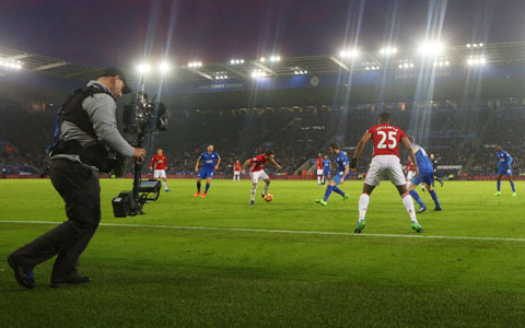 Bản quyền truyền hình và an toàn thi đấu là hai trong nhiều vấn đề đe dọa sự trở lại của Premier League