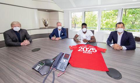 Hậu vệ Alphonse Davies (áo sáng) gia hạn hợp đồng với Bayern đến năm 2025 ngay       trong mùa dịch