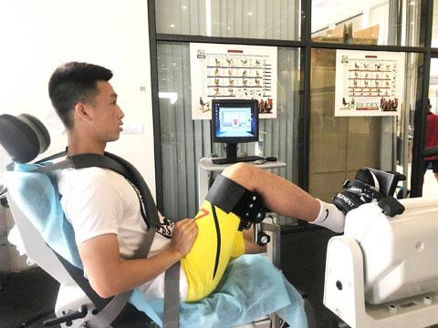 Huy Hùng tập hồi phục tại Trung tâm PVF - Ảnh: NGỌC ANH