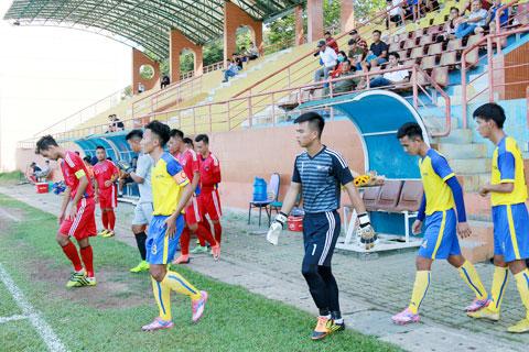 Cầu thủ U21 Đồng Tháp và Vĩnh Long tiến vào sân trong trận đấu tại vòng loại giải U21 QG 2019 - Ảnh: Đồng Bằng