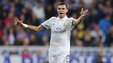 Pepe bị trọng tài người Anh bắt vía