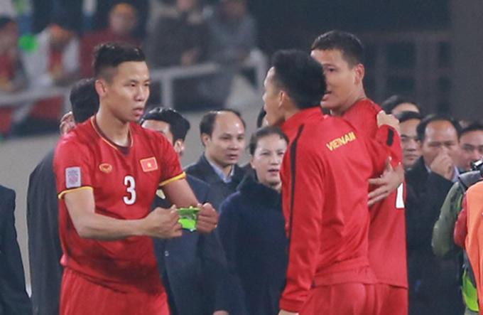 Quế Ngọc Hải trao băng thủ quân cho Văn Quyết khi nâng cúp AFF Cup 2018