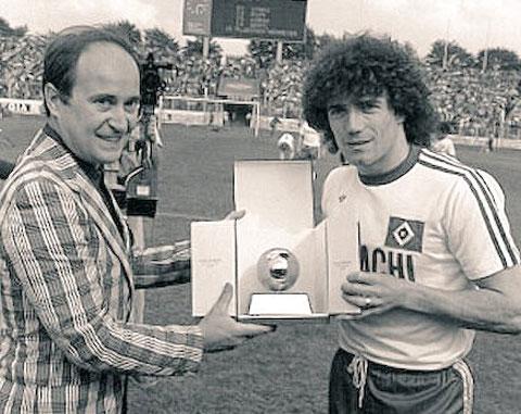Keegan (phải) từng giúp Hamburg vô địch Đức và 2 lần giành Quả bóng vàng khi khoác áo CLB này