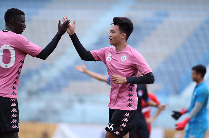 Niềm vui của Thành Chung sau bàn thắng vào lưới Viettel. Ở hiệp 2, Hà Nội FC hoàn tất chiến thắng 2-0 bằng pha làm bàn của tiền đạo vào sân thay người Kebe