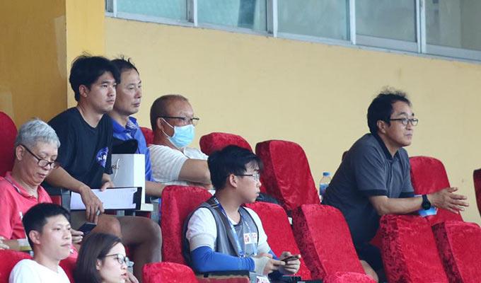 HLV Park Hang Seo không ngồi cùng GĐKT Gede để xem trận đấu. Thay vào đó, ông tiến lên hàng ghế trên để ngồi cạnh các trợ lý của mình