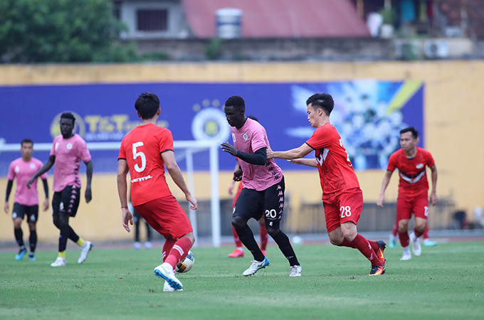 Hà Nội tung ra sân đội hình gần như mạnh nhất với sự góp mặt của bộ đôi ngoại binh Moses và Omar. Trong khi Viettel tung ra sân đội hình toàn nội binh