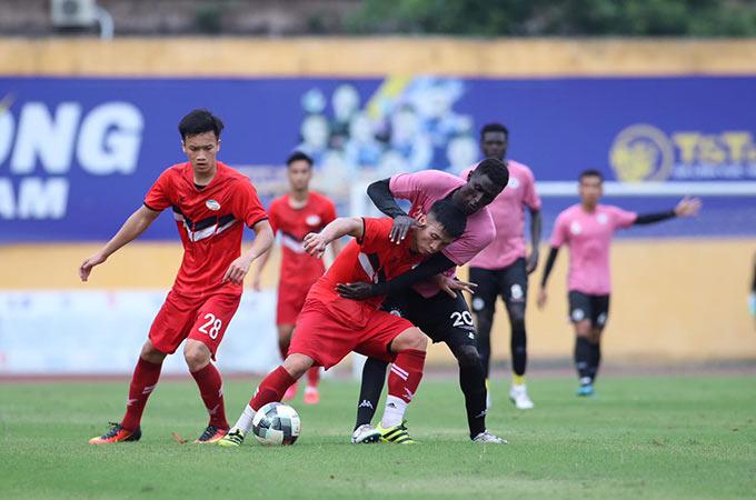 Bùi Tiến Dũng và đồng đội gặp khó khăn trong việc triển khai thế trận trước ĐKVĐ Hà Nội. Đội bóng áo hồng kiểm soát bóng và tạo ra cơ hội áp đảo so với Viettel
