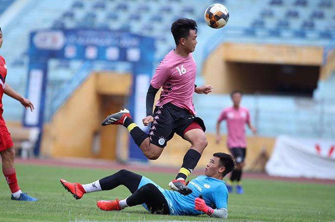 Hà Nội FC sớm cụ thể hoá ưu thế bằng bàn thắng vượt lên dẫn trước của Thành Chung. Đây là pha bóng trung vệ 23 tuổi lên tham gia tấn công, ghi bàn không khác gì tiền đạo