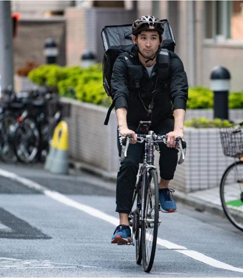 Ryo Miyake  đi giao hàng hằng ngày bằng chiếc xe đạp