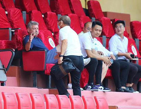 Ông Gede có mặt trên sân Hàng Đẫy ngày 16/5 và bắt tay với HLV Park Hang Seo