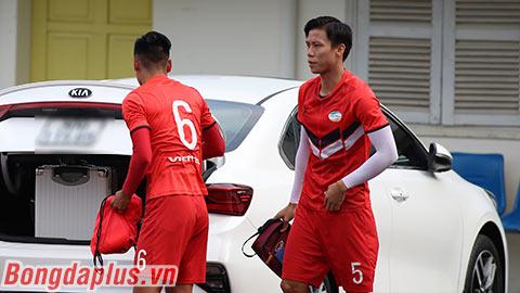 Quế Ngọc Hải lái xe ô tô đến sân để đá trận gặp Hà Nội