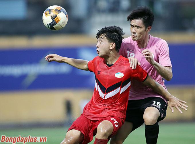 Sang hiệp 2, cầu thủ trẻ Danh Trung được HLV Trương Việt Hoàng của Viettel trao cơ hội vào sân