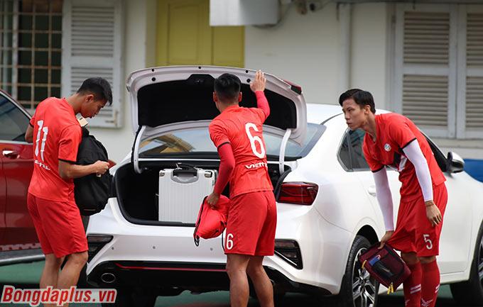 Trước trận đấu tập giữa Hà Nội FC và Viettel ở sân Hàng Đẫy, trung vệ Quế Ngọc Hải tự lái xe đưa một vài đồng đội đến sân