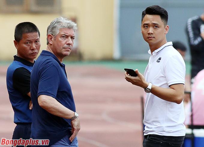 Ông Juergen Gede đứng cạnh Giám đốc điều hành Nguyễn Quốc Tuấn và HLV Chu Đình Nghiêm của Hà Nội FC. Điều này dấy lên nghi vấn ông sẽ gắn bó với đội bóng thủ đô sau khi hết hợp đồng với VFF