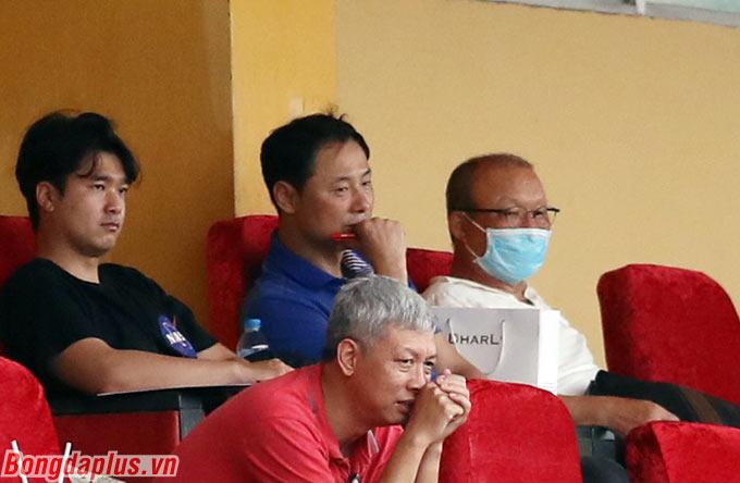 HLV Park Hang Seo cùng các trợ lý cũng đến xem trận đấu này