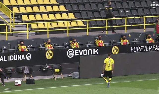 Các cầu thủ Dortmund ngồi cách xa nhau ở trên ghế dự bị