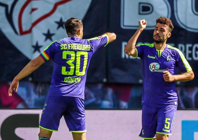 Cặp Manuel Gulde và Christian Gunter của Freiburg dùng khuỷu tay ăn mừng sau khi ghi bàn vào lưới RB Leipzig. Đáng tiếc, Freiburg không thể ra về với 3 điểm trọn vẹn khi để đội chủ nhà gỡ hòa trong hiệp 2