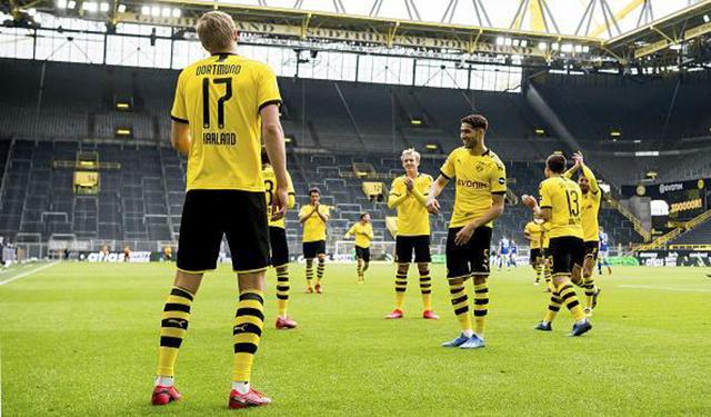 Sau khi ghi bàn vào lưới Schalke, tiền đạo Erling Haaland của Dortmundcùng đồng đội ăn mừng theo kiểu 'giãn cách xã hội', mỗi cầu thủ nhún nhảy nhưng đều đứng cách xa nhau theo đúngquy định của chính phủ Đức và Bộ y tế. Ở trận đấu trên, Dortmund giành chiến thắng 4-0 trước Schalke