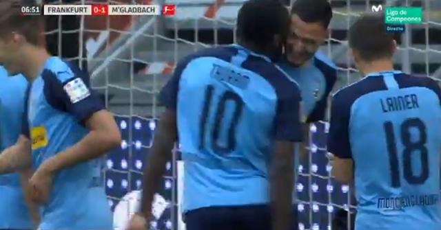 Chân sút Marcus Thuram của M'Gladbach cũng khiến nhiều người bất bình sau 'hôn' vào má đồng đội sau khi ghi bàn vào lưới Frankfurt ở phút thứ 7