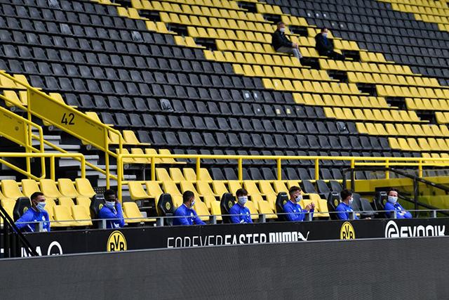 Các cầu thủ Schalke ngồi cách xa nhau ở trên ghế dự bị
