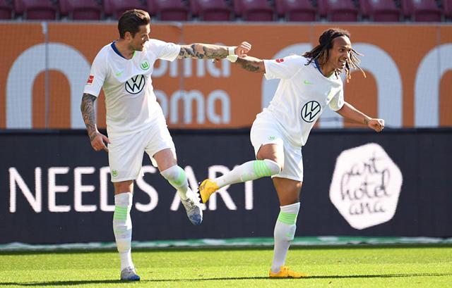 Trong khi đó, 2 cầu thủ của Wolfsburg dùng gót chân để chia sẻ niềm vui với nhau sau khi sút tung lướiAugsburg