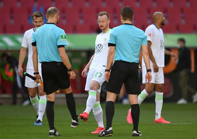 Các cầu thủ Wolfsburg cũng chào hỏi các trọng tài bằng cách đá vào chân thay vì bắt tay hay ôm nhau