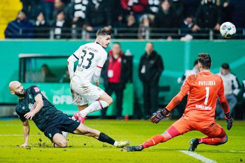 Hàng thủ lỏng lẻo sẽ biến Bremen (áo sẫm) thành mồi ngon cho các chân sút của Leverkusen