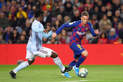 Juve đang chèo kéo Arthur (phải) nhưng cũng chỉ chấp nhận trả mức lương 4 triệu euro/mùa