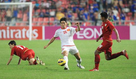 Gia Từ (giữa) trong màu áo ĐT Việt Nam tại AFF Suzuki Cup 2012