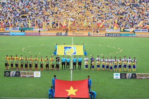 CĐV phủ kín sân Thiên Trường trong một trận đấu của CLB DNH.NĐ -  Ảnh Đức Cường