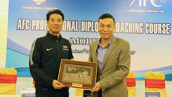 Tận tụy, trách nhiệm với công việc sẽ là tiếng nói chung giữa ông Adachi (trái) và HLV Park Hang Seo