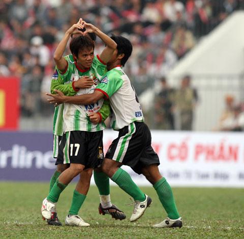 Hoàng Lâm (số 17) ăn mừng trong màu áo ĐTLA