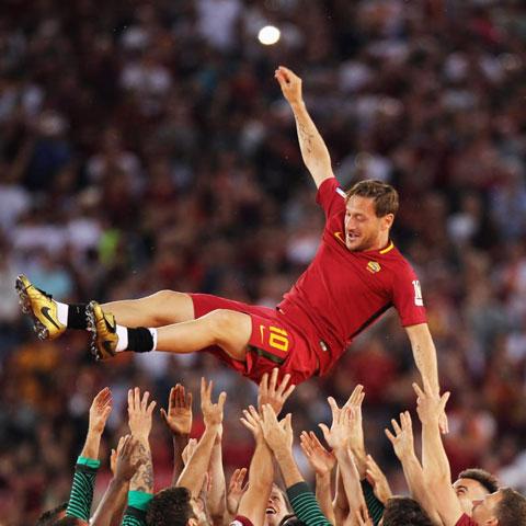 Totti được đồng đội tung hô trong trận đấu cuối cho Roma