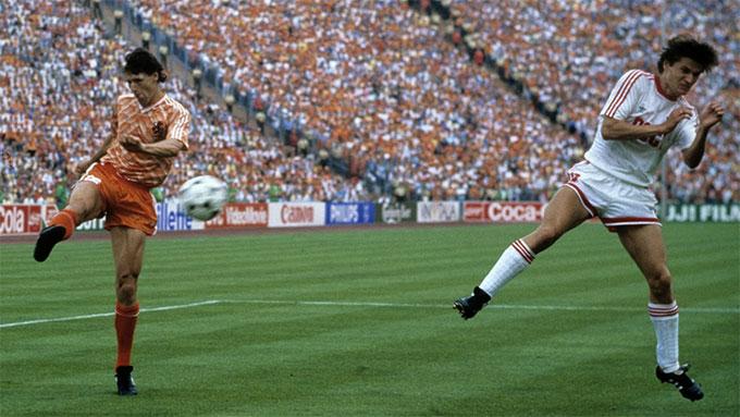 Pha làm bàn kinh điển của Van Basten vào lưới ĐT Liên Xô ở chung kết EURO 1988