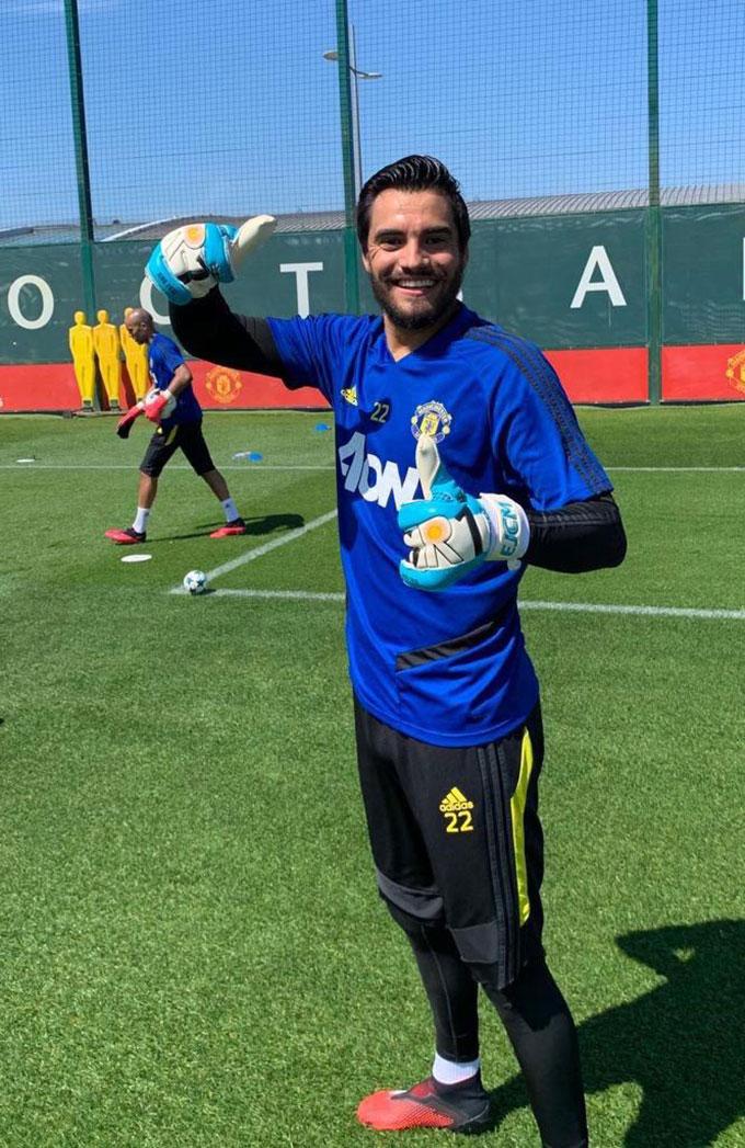 Romero bây giờ còn ít... râu hơn De Gea