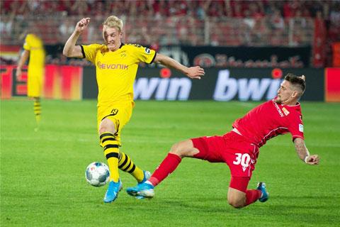 Julian Brandt (áo vàng) luôn được thầy cũ Kunert đánh giá cao trong tư duy chơi bóng