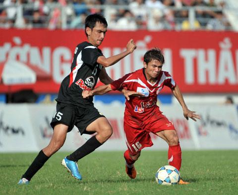 Tuấn Phong (trái) khi còn thi đấu cho Long An