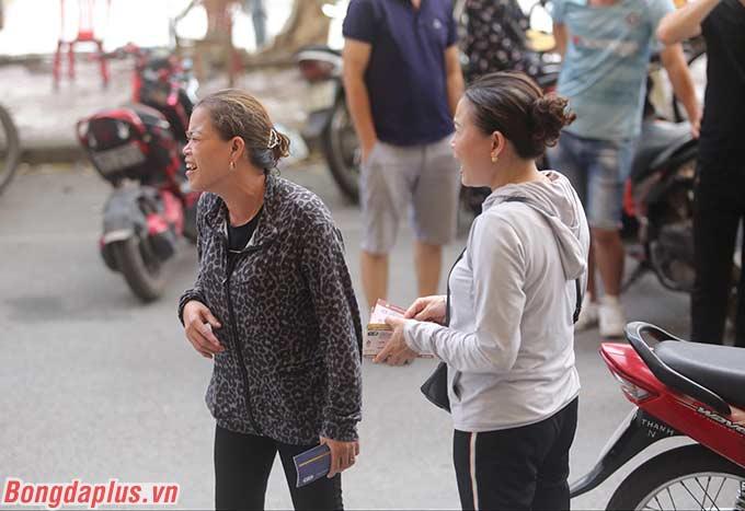 Được biết, phe vé từ Hà Nội cũng xuống Nam Định, khi trận đấu giữa DNH.NĐ và HAGL là mở đầu cho sự trở lại của bóng đá Việt Nam